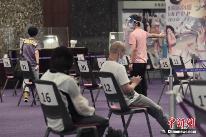 资料图:香港市民到检测中心等待检测。<a target='_blank' href='http://www.chinanews.com/'>中新社</a>记者 李志华 摄