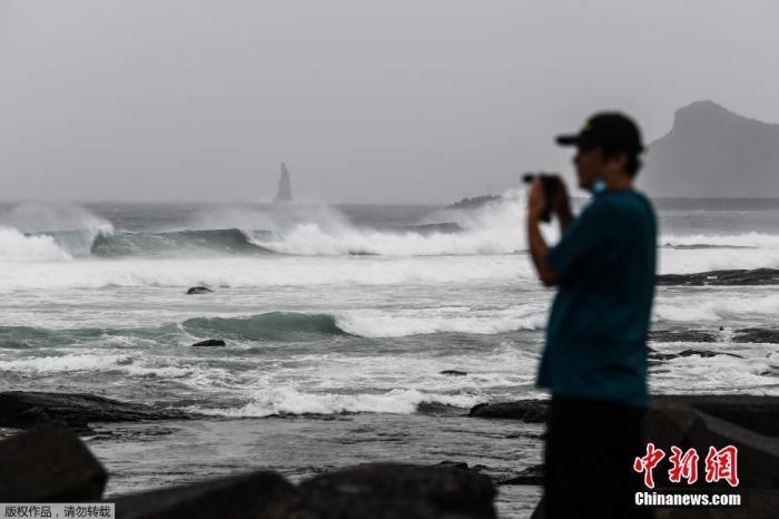 """当地时间9月6日,日本鹿儿岛县枕崎,台风""""海神""""逼近,海岸掀起巨浪。"""