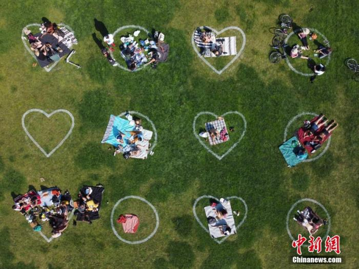 """资料图:当地时间9月5日,美国旧金山多洛雷斯公园在草坪上画出数百个心形以及圆形图案,以敦促前来休闲娱乐的人们保持""""社交距离""""。 <a target='_blank' href='http://www.chinanews.com/'>中新社</a>记者 刘关关 摄"""
