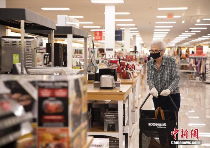 资料图:当地时间9月5日,美国旧金山湾区市民在圣马特奥县一家商场购物。 中新社记者 刘关关 摄