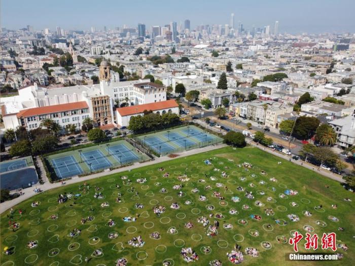 """当地时间9月5日,美国旧金山多洛雷斯公园在草坪上画出数百个心形以及圆形图案,以敦促前来休闲娱乐的人们保持""""社交距离""""。 中新社记者 刘关关 摄"""