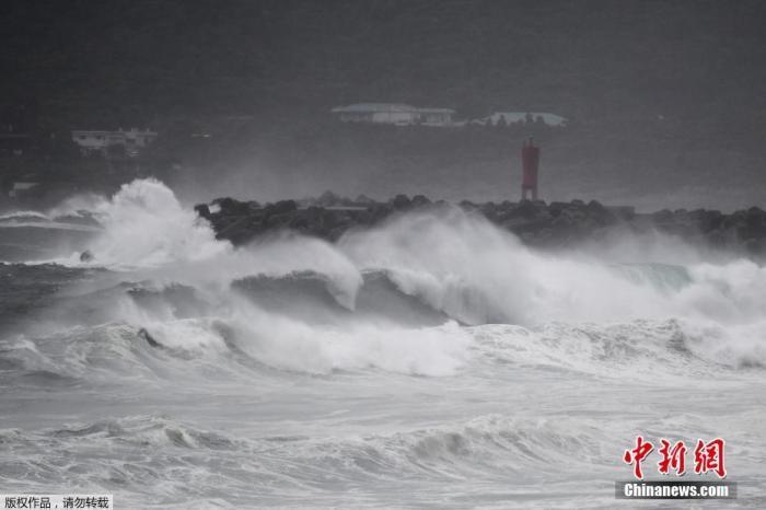 """台风""""海神""""致日本2死逾百伤 警方搜寻下落不明者"""