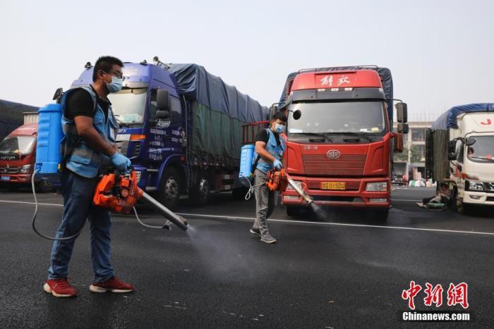 9月6日,北京新发地批发市场主市场铁路以北区域开放营业,标志着新发地批发市场全面复市,目前每日市场总交易量上升至约2.3万吨,预计在中秋节、国庆节双节来临之前,将恢复历史供应水平。图为工作人员在公共区域进行日常消杀。 中新社记者 赵隽 摄