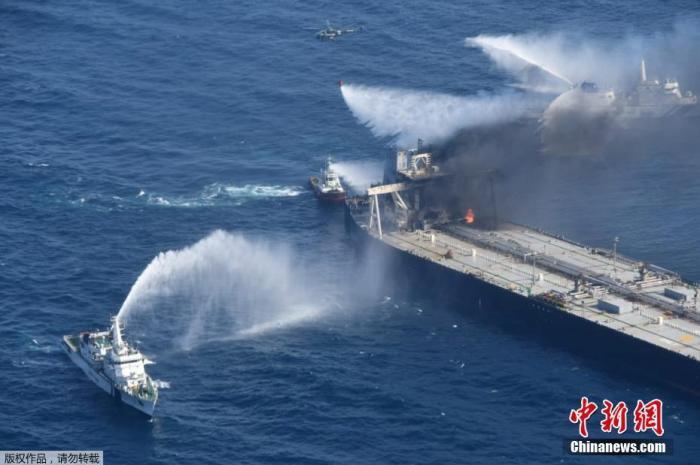 当地时间9月6日,在斯里兰卡以东海域,救援船正在为新钻石号油轮灭火。