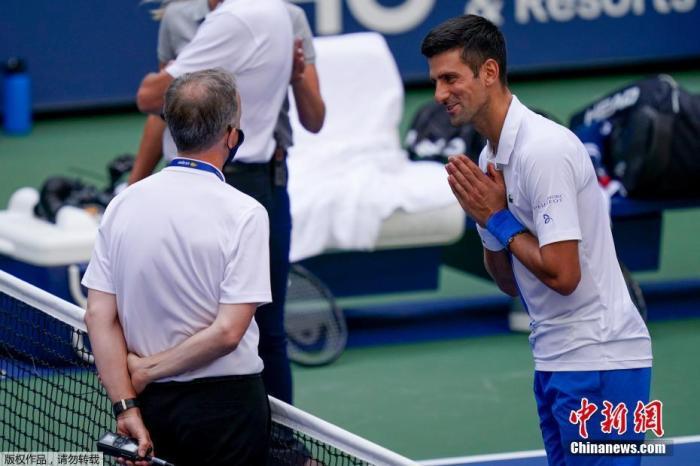 当地时间9月6日,在美网一场1/8决赛中,头号种子德约科维奇在走向场边时随意击出的网球打到了司线裁判。德约科维奇向主裁和这名底线女裁判表示歉意,但根据规则他仍然被直接判负,他对手布斯塔直接进入八强。美国网协发表声明表示:由于德约科维奇的违规行为,他将失去在美网的所有排名积分以及比赛所获得的奖金。