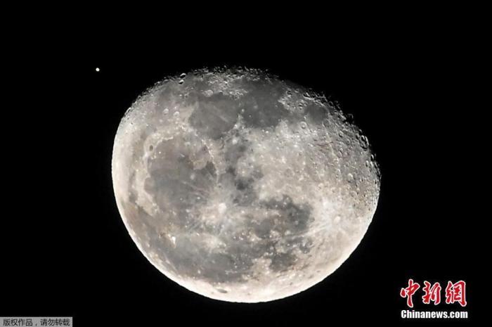 当地时间9月5日,哥伦比亚卡利市,月球和火星同框。