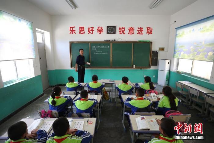 教育部:通过人工智能等与教育融合 破解教师编制不足等瓶颈