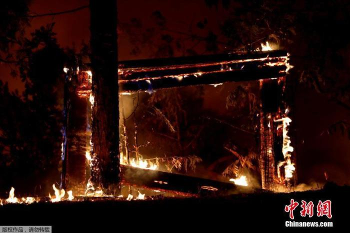 美联社报道,8月15日以来,加州发生大约900起山火,其中多数为当月雷电所致。