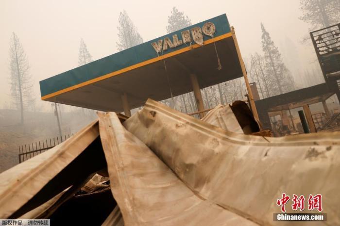 山火迄今造成8人死亡,超过3300处建筑损毁。