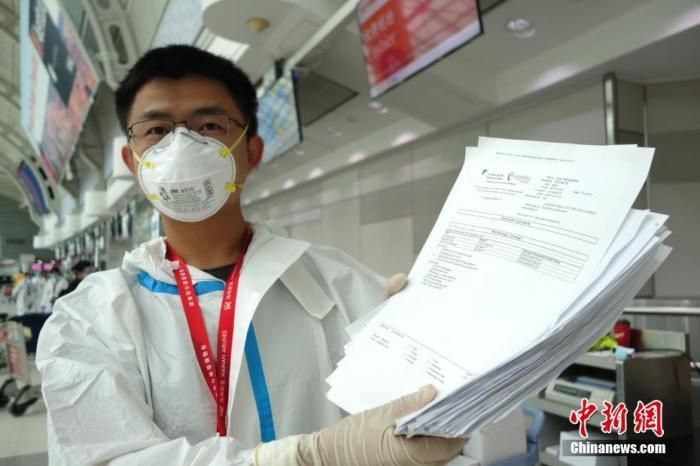 当地时间9月9日,加拿大多伦多皮尔逊国际机场,海南航空公司工作人员向记者展示直飞北京乘客的新冠病毒核酸检测阴性证明。 <a target='_blank' href='http://www.chinanews.com/'>中新社</a>记者 余瑞冬 摄