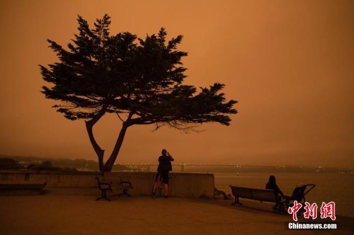 当地时间9月9日中午,美国加利福尼亚州旧金山如夜晚般昏暗。金门大桥被烟尘笼罩。北加州多地山火连日燃烧,形成的烟尘四处扩散,造成当地空气质量大幅下降。 中新社记者 刘关关 摄