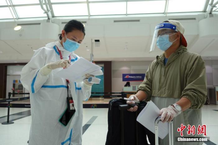 当地时间9月9日,加拿大多伦多皮尔逊国际机场,海南航空公司工作人员对准备搭乘航班直飞北京的乘客查验并留存新冠病毒核酸检测阴性证明。自当日起,由加拿大搭乘直飞航班赴中国的中、外籍乘客须在加完成新冠病毒核酸检测,凭3日(72小时)内出具的核酸检测阴性证明才能登机。 中新社记者 余瑞冬 摄
