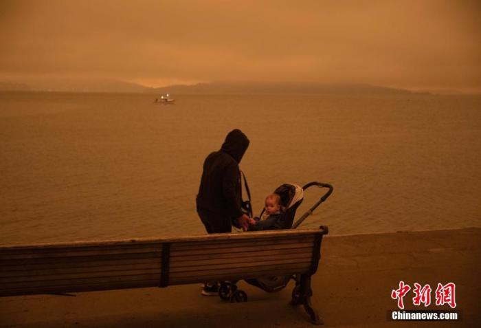 当地时间9月9日中午,美国加利福尼亚州旧金山如夜晚般昏暗。北加州多地山火连日燃烧,形成的烟尘四处扩散,造成当地空气质量大幅下降。 <a target='_blank' href='http://www.chinanews.com/'>中新社</a>记者 刘关关 摄