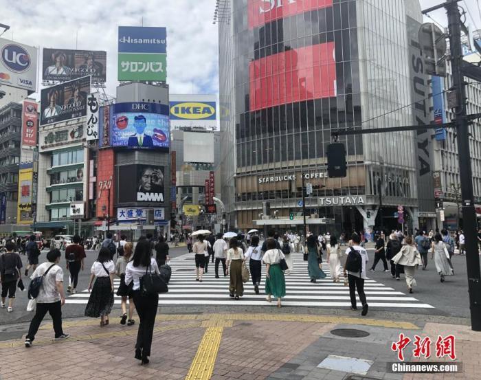 """当地时间9月10日傍晚,日本东京都知事小池百合子举行临时记者会,表示将东京都的新冠疫情警戒级别由此前最高的""""疫情正在扩大""""下调1级至""""必须警惕疫情再次扩大""""。图为民众穿过涩谷车站前的交叉路口。 <a target='_blank' href='http://www.chinanews.com/'>中新社</a>记者 吕少威 摄"""