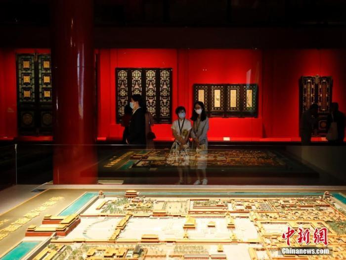 """9月10日,""""丹宸永固——紫禁城建成六百年""""展在故宫博物院午门开幕。图为观众参观展览。 中新社记者 杜洋 摄"""