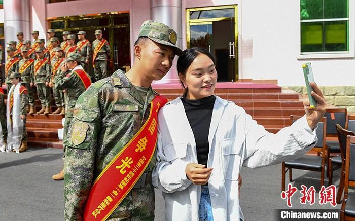图为9月10日,西藏拉萨,维和队员和女友在离别前合影留念。 <a target='_blank' href='http://www.chinanews.com/'>中新社</a>发 路建 摄