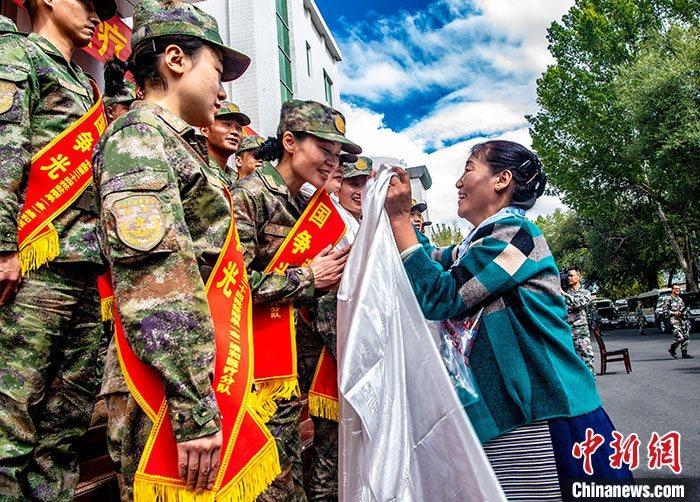 中国人民解放军西藏军区9月12日透露,9月10日,西藏军区在拉萨举行赴刚果(金)维和医疗分队出征仪式。在维和官兵亲属的见证下,雪域高原首支由43名医疗卫生方面官兵组成的分队经过2个月的准备后,将于9月14日启程前往刚果(金),加入第24批赴刚果(金)维和部队,这也是西藏军区首次抽组力量参加国际维和任务。图为9月10日,西藏拉萨,出征队员家属前来送别,并为队员们献上哈达,祝福队员们平安归来。 中新社发 张钊 摄