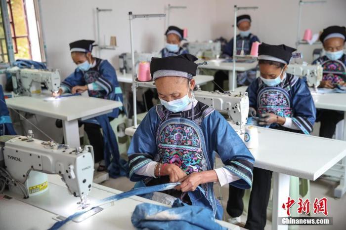 资料图:工人在扶贫车间加工产品。<a target='_blank' href='http://www.chinanews.com/'>中新社</a>记者 瞿宏伦 摄