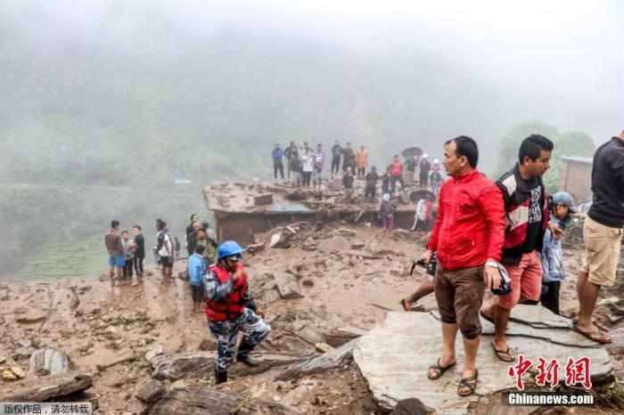 当地时间9月13日,加德满都东北约90公里处的辛德帕帕乔克(Sindhupalchok)地区的巴哈拉比兹市暴雨过后,发生山体滑坡。据报道,山体滑坡目前已造成至少12人死亡,21人失踪。图为民众在现场展开救援。