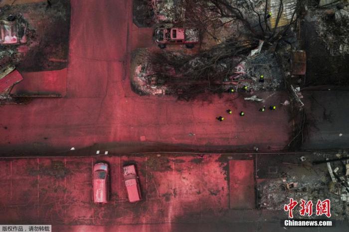 当地时间9月13日,美国俄勒冈州,当地消防喷洒红色阻燃剂扑灭阿尔梅达山火,大片的地面、多辆汽车、房屋、植被都被染红,搜救人员在废墟中寻找遇难者。