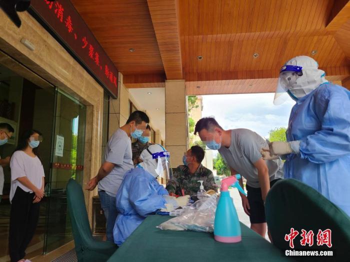 医护人员准备为瑞丽市玉瑞温泉花园酒店的入住人员进行核酸检测。<a target='_blank' href='http://fl923.com/'>中新社</a>记者 韩帅南 摄