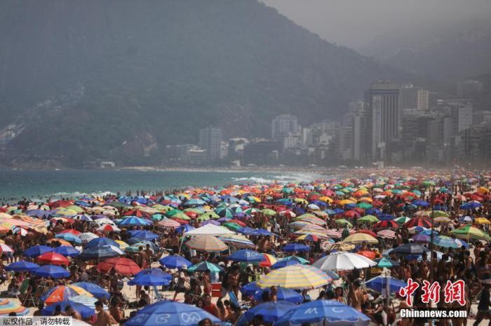资料图:当地时间2020年9月13日,巴西里约热内卢,大批游客在海滩休闲。
