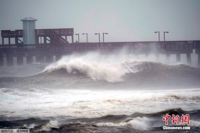 当地时间9月15日,阿拉巴马州海湾沿岸,海湾国家公园惊涛拍岸。