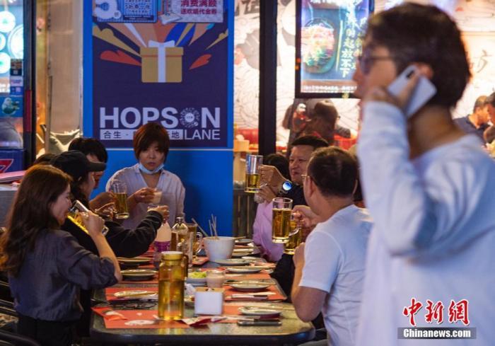 原料图:市民在商业街的餐饮店就餐。中新社记者 侯宇 摄