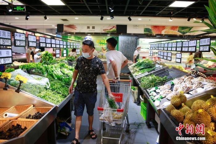 资料图:市民在采购蔬菜。 <a target='_blank' href='http://www.chinanews.com/'>中新社</a>记者 蒋启明 摄