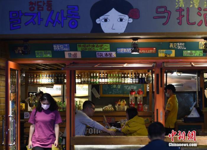 """中国餐饮产业蓝皮书发布并报告:受疫情影响餐饮业""""危""""""""机""""并存"""