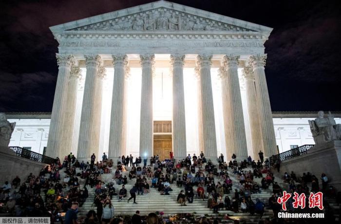 当地时间9月18日,民众聚集在美国最高法院前缅怀逝世的最高法院大法官金斯伯格。