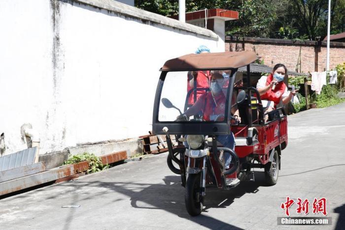 图为缅籍华人志愿者李秋英(右)在村子中进行疫情防控宣传。 中新社记者 蒋启明 摄