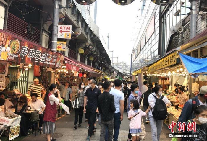 资料图:当地时间9月20日为日本四连休小长假的第二天,外出民众明显增多。图为东京上野某商业街人流密集。 中新社记者 吕少威 摄