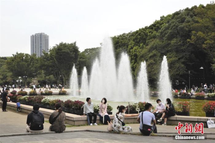 当地时间9月20日为日本四连休小长假的第二天,外出民众明显增多。图为东京国立博物馆前广场休息的民众。 <a target='_blank' href='http://www.chinanews.com/'>中新社</a>记者 吕少威 摄