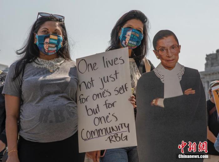当地时间9月20日,美国加州旧金山百余位市民在市政厅前举行集会,悼念美国最高法院历史上第二位女性大法官露丝·巴德·金斯伯格。金斯伯格于9月18日在其位于华盛顿特区的家中去世,终年87岁。中新社记者 刘关关 摄