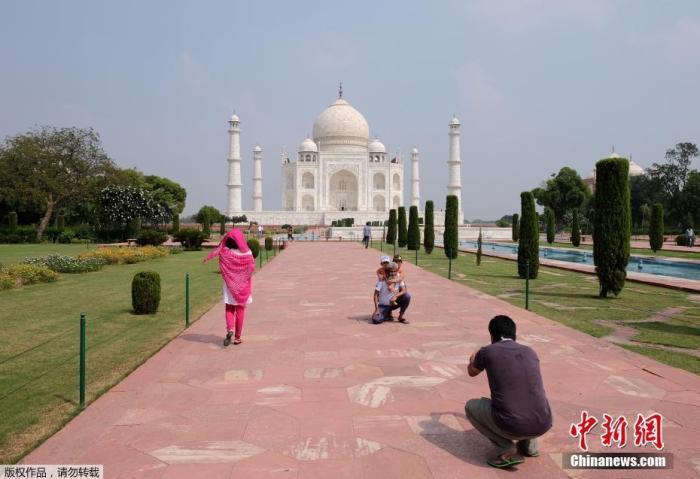 当地时间9月21日,印度泰姬陵重新对外开放。图为游客游览泰姬陵并拍照留念。