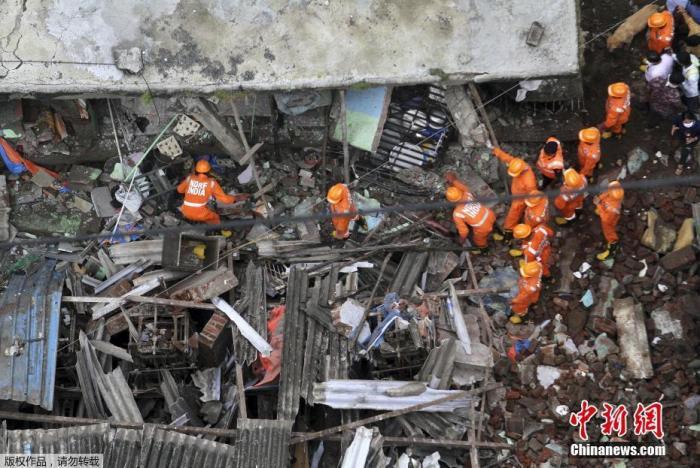 当地时间9月21日,印度西部马哈拉施特拉邦塔那市一栋三层建筑倒塌。图为搜救现场。