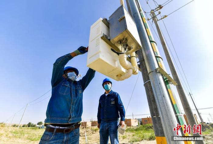 资料图:供电部门定期对易地扶贫搬迁安置点的电力设施进行检查。中新社记者 刘新 摄