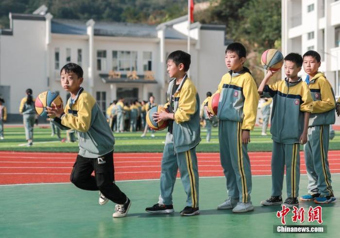 9月24日,河南省栾川县狮子庙镇中心小学,学生们在新的塑胶运动场上上体育课。<a target='_blank' href='http://www.synthninja.com/'>中新社</a>记者 贾天勇 摄