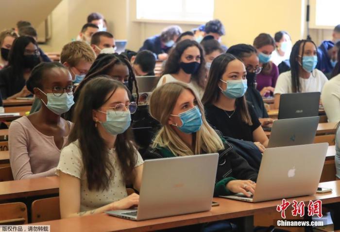 据外媒报道,当地时间9月24日,法国卫生部门称,法国当天新增新冠确诊病例达16096例,再度刷新纪录。因疫情恶化,法总理警告称,不排除再次实施全面防疫限制措施的可能性。图为巴黎一所大学的学生戴口罩上课。