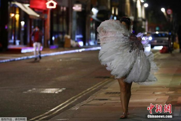 当地时间9月24日,英国伦敦,一名女士在街头行走。