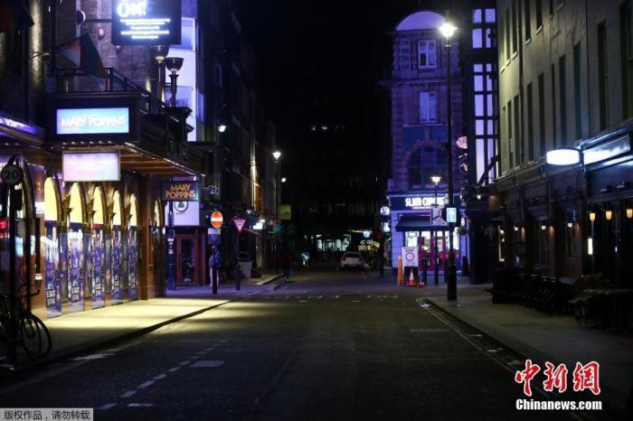 当地时间9月24日,在一系列新限制措施影响下,英国伦敦街头行人稀少。