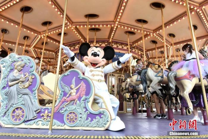 资料图:迪士尼乐园经典角色米老鼠乘坐灰姑娘旋转木马。<a target='_blank' href='http://www.chinanews.com/'>中新社</a>记者 李志华 摄