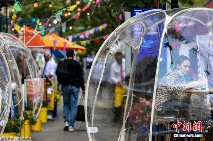 """当地时间9月23日,美国纽约市曼哈顿区一家商铺推出""""泡泡帐篷""""以增加顾客之间的社交距离。"""