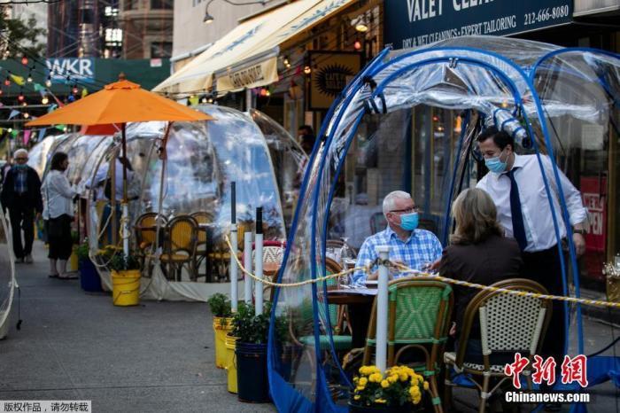 """资料图:当地时间9月23日,美国纽约市曼哈顿区一家商铺推出""""泡泡帐篷"""",以增加顾客之间的社交距离。"""