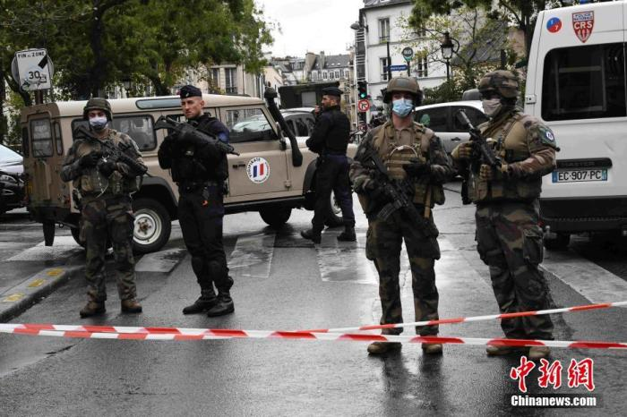 当地时间9月25日,法国首都巴黎发生持刀袭击事件。袭击发生于巴黎十一区的《查理周刊》总部原址附近。警方已逮捕两名嫌犯,并展开反恐调查。图为袭击事件现场戒备森严,法国防暴警察和宪兵持枪巡逻。 中新社记者 李洋 摄
