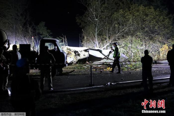 独立通讯社援引乌克兰总统泽连斯基官方TELEGRAM账号的消息称,当时机上共有28人,已��确认至少25人丧生,2人重伤,目前仍在搜寻其他可能的幸存者。除机组人员外,机上还有乌克兰哈尔科夫空军学校的学员。图䱳飞机坠毁现场。文字来源:央视㗻