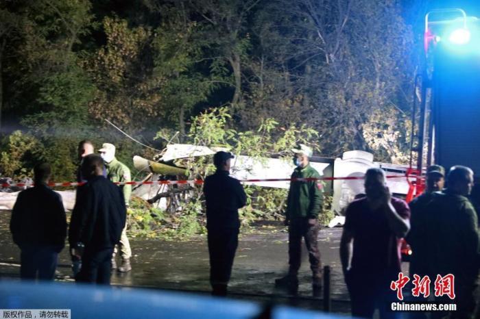 此外乌克兰武装部队发布消息称,飞机在着陆时坠毁,当时飞机正在进行飞行训练,目前飞机坠毁的具体原因仍在调查中。图为飞机坠毁现场。文字来源:央视新闻