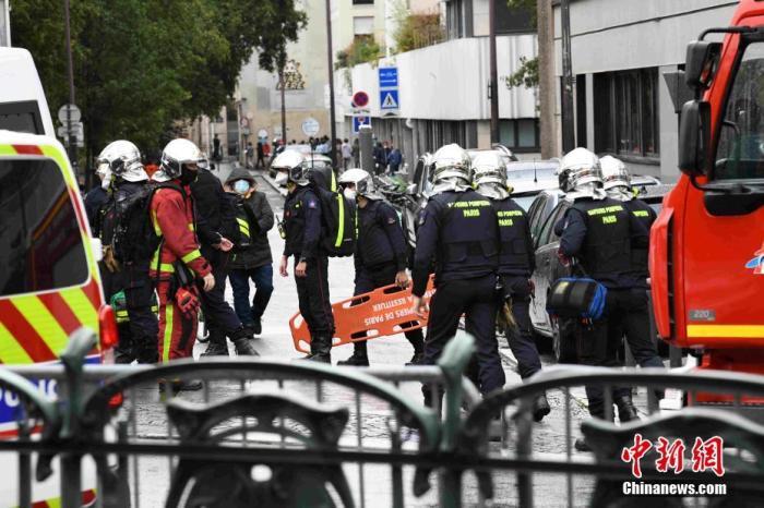 当地时间9月25日,法国首都巴黎发生持刀袭击事件。袭击发生于巴黎十一区的《查理周刊》总部原址附近。警方已逮捕两名嫌犯,并展开反恐调查。图为袭击事件现场戒备森严,大批救援人员在现场排查。 中新社记者 李洋 摄