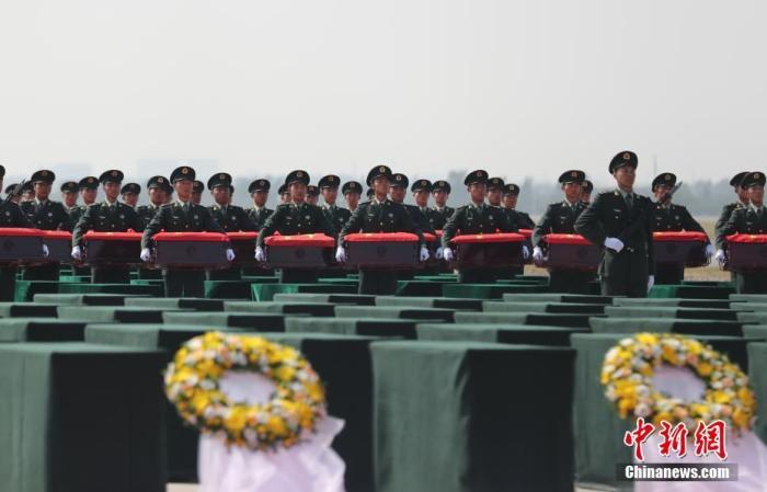 图为礼兵将殓放志愿军烈士遗骸的棺椁从专机上护送至棺椁摆放区。中新社记者 于海洋 摄
